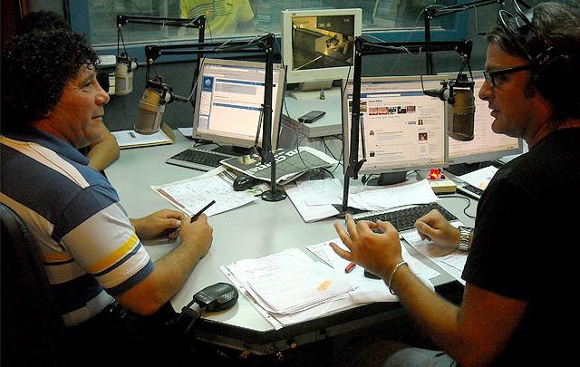 El ingenioso Víctor ''Rengo'' Quinteros en el estudio central de la radio.
