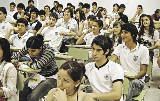 Los chicos piden a los profesores que cumplan su función en el aula.