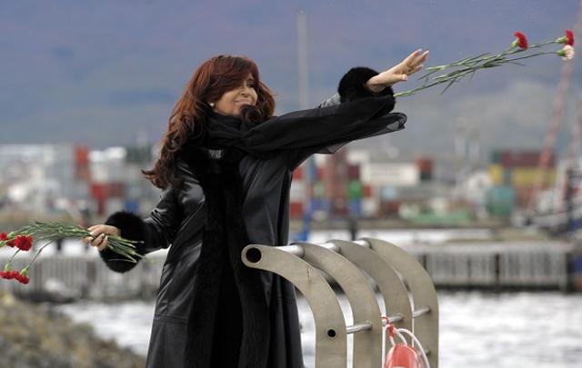 Cristina Fernández arrojó flores al mar en homenaje a los caídos en Malvinas.