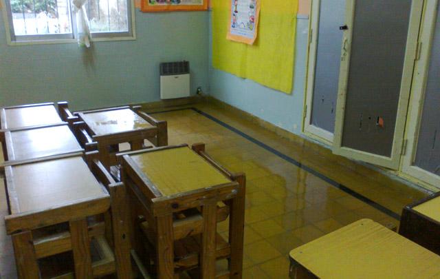 El agua, producto de las lluvias, inunda las aulas de la escuela.