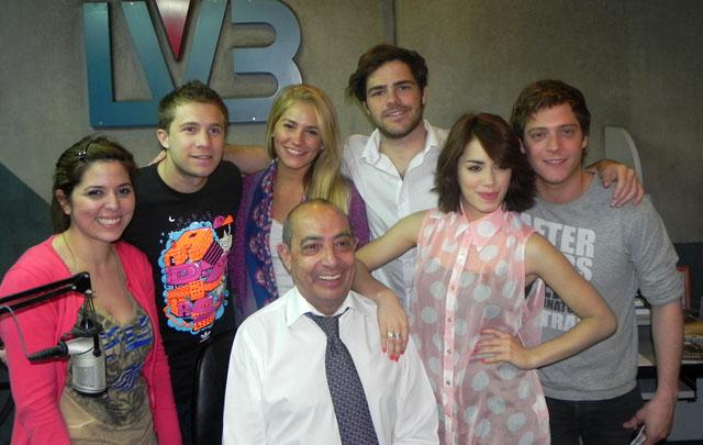 Los integrantes de la banda pop durante la entrevista en el programa Juntos.