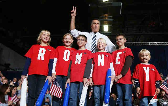 Romney con varios niños en Iowa.