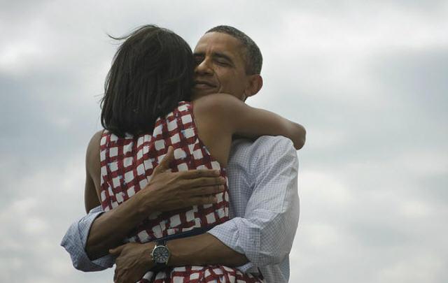 El democráta se funde en un abrazo con la primera dama.