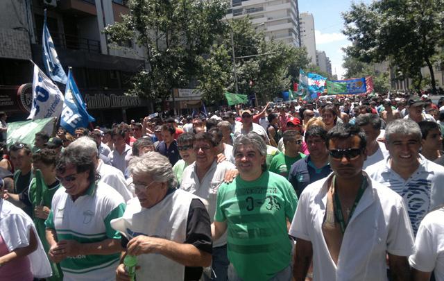 La columna de manifestantes circula por avenida General Paz.