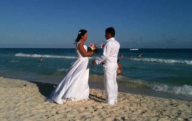 Una pareja de franceses se casó al borde del mar en Playa del Carmen.