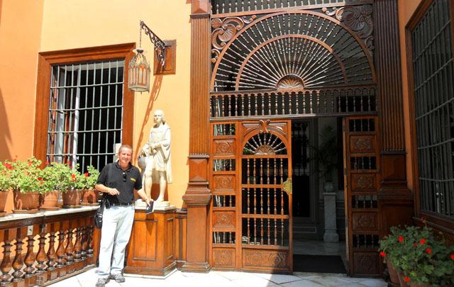 Cristian Moreschi en la fachada de esta histórica vivienda.