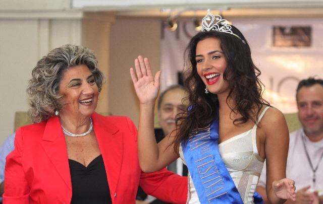 La alcaldesa Virginia Reginato fue la encargada de coronar a la nueva soberana.