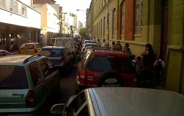 Agravarán las multas para quienes estacionen en doble fila.