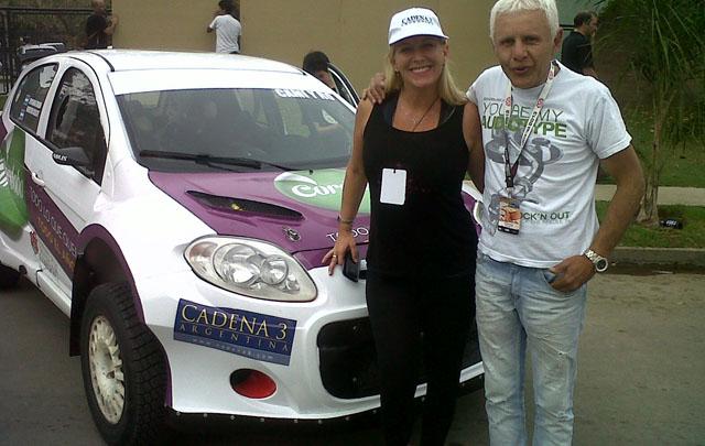 Celeste Beneccchi y Sergio Spicogna junto al auto cero.