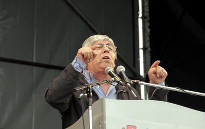 Hugo Moyano fue el encargado de firmar el acuerdo salarial.