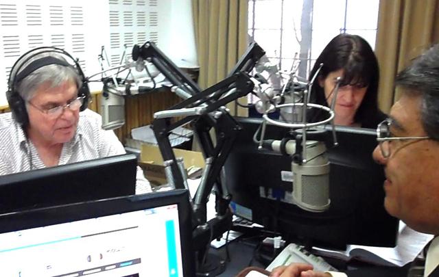 Rony Vargas y el Dr. Nogales Mendoza en el estudio de Cadena 3