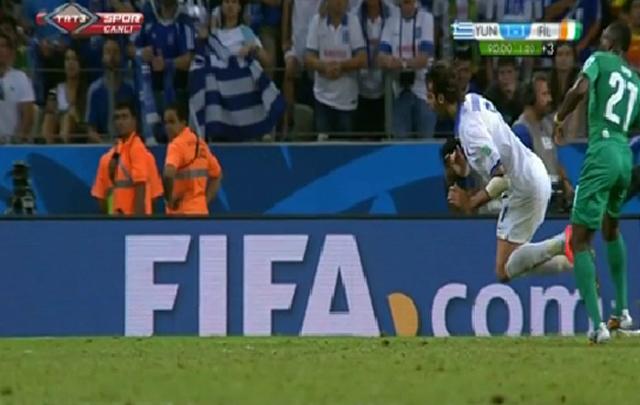 Samaras cae tras la supuesta infracción de Giovanni Sio (Imagen de TV).