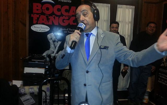Mario cantando en la apertura del programa hoy desde La Falda.