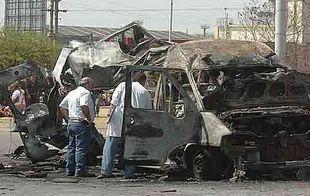 Así quedó la ambulancia al explotar en avenida Sabattini en setiembre de 2006.