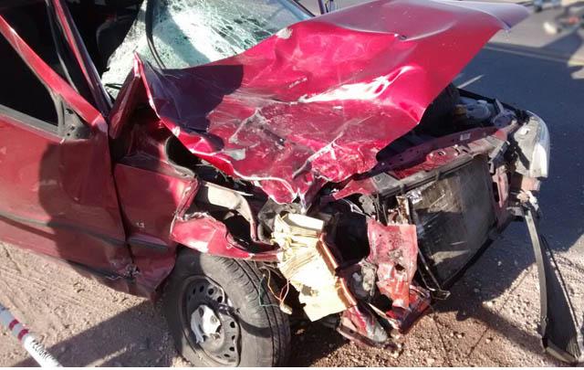 El frente del Fiat Uno quedó destrozado por el violento choque.