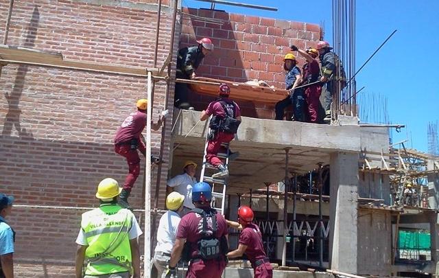 Uno de los obreros heridos es rescatado tras el derrumbe.