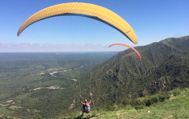 Juan Pablo Viola se animó a tirarse en parapente en La Cumbre.