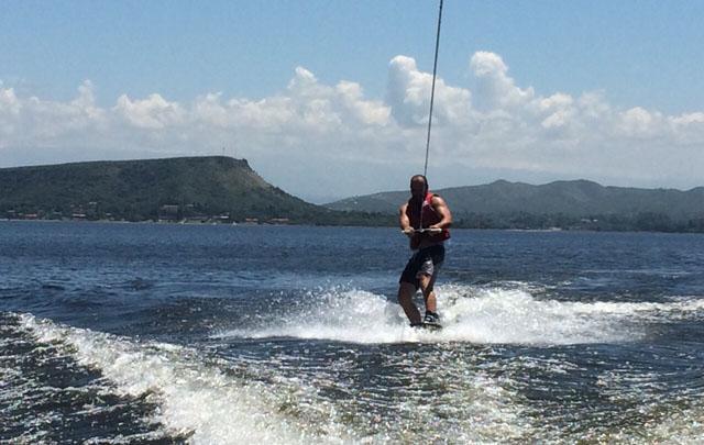 Juan Pablo Viola realizó esquí acuático en el Lago de Embalse.
