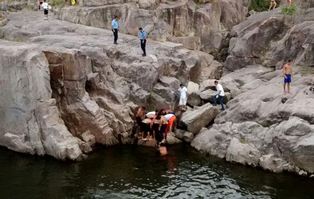 Los rescatistas encontraron el cadáver en el fondo del río.