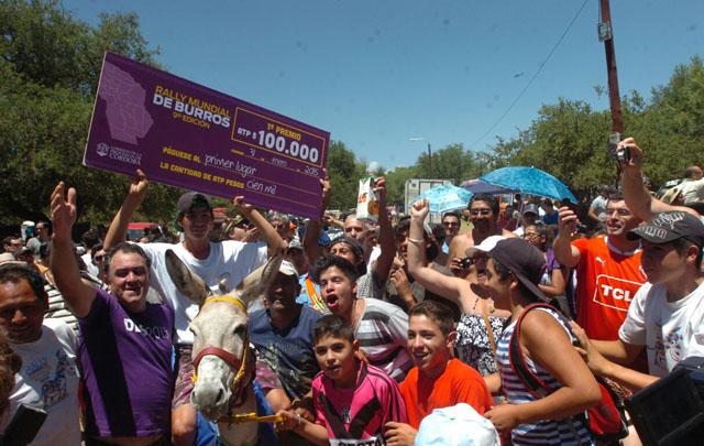 Matías Muñoz, con cheque en mano, feliz por su victoria.