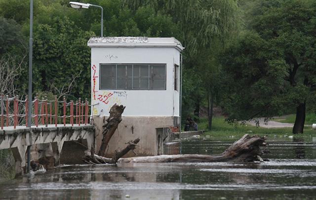 El pescador cayó en la zona del Dique Mal Paso.