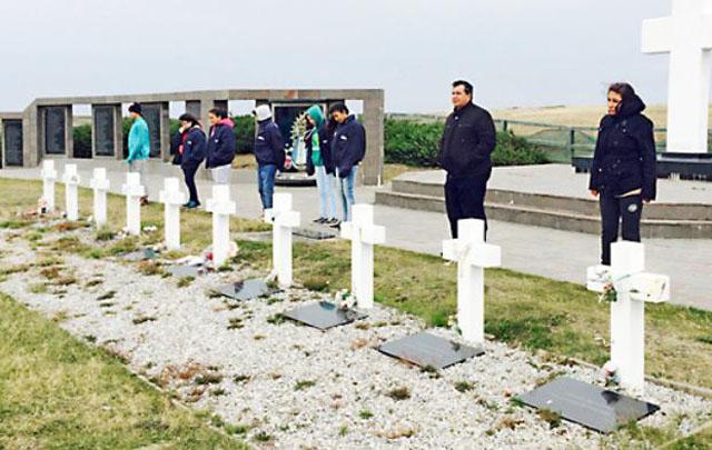Los adolescentes visitaron el cementerio de los caídos en Malvinas (Foto: La Capital)