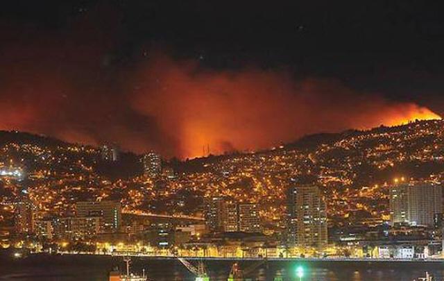 Un voraz incendio forestal amenaza a Valparaíso.