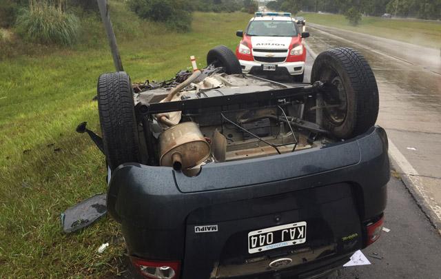 El Ford Ka quedó destruido tras el fuerte impacto.