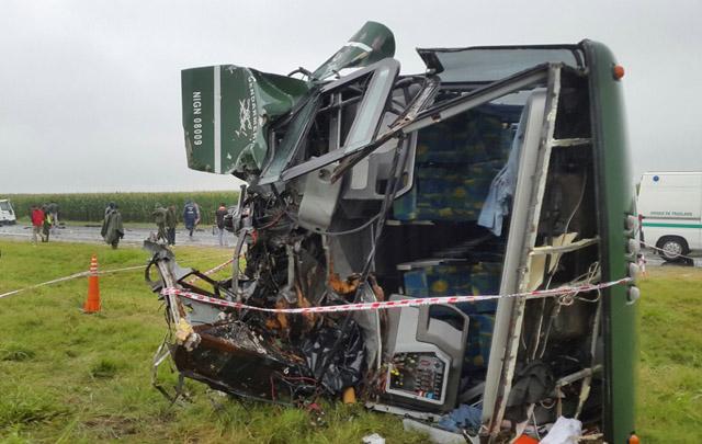 El colectivo de Gendarmería quedó destruido tras el impacto.