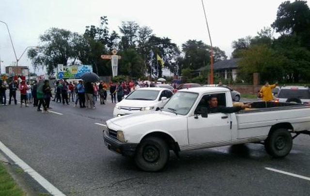 Vecinos cortan la autopista Córdoba - Carlos Paz (Foto: Twitter)