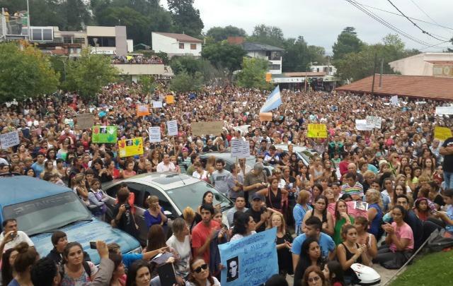Amigos y familiares de Andrea Castana y Hernán Sánchez se movilizaron en Carlos Paz.