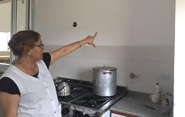 Roxana Giugia, directora de la escuela, recorre parte de la cocina.