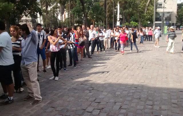 Más de 100 personas en la puerta de la sede central de Talleres.