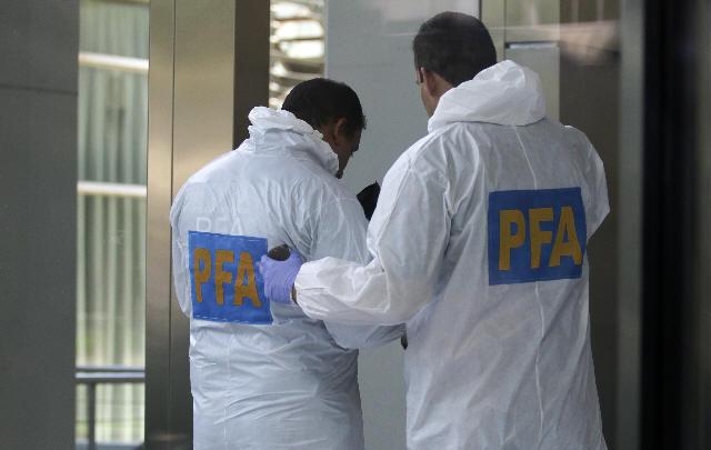 Efectivos de la federal durante la inspeccion ocular en el departamento de Nisman.