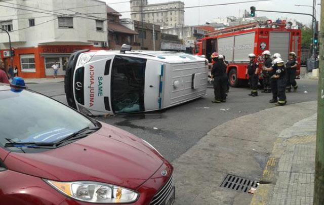 La ambulancia quedó con su lateral izquierdo sobre el pavimento (Foto:@RTN_Argentina)