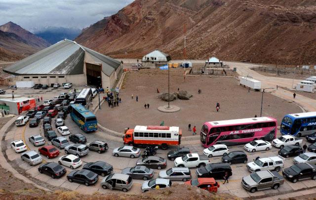 Pese a que se agilizó el paso, hubo colas al cruzar a Chile (Foto: diario Los Andes)