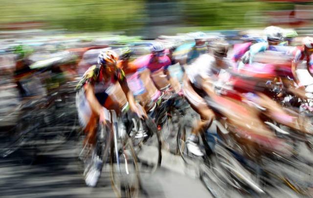 Un grupo de ciclistas fue embestido por una camioneta que los protegía.