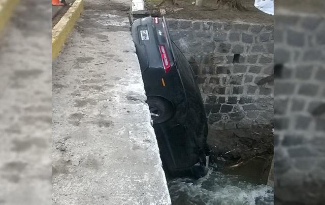 El Camaro quedó de trompa contra el río.