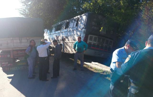 El colectivo terminó en la banquina tras el choque.