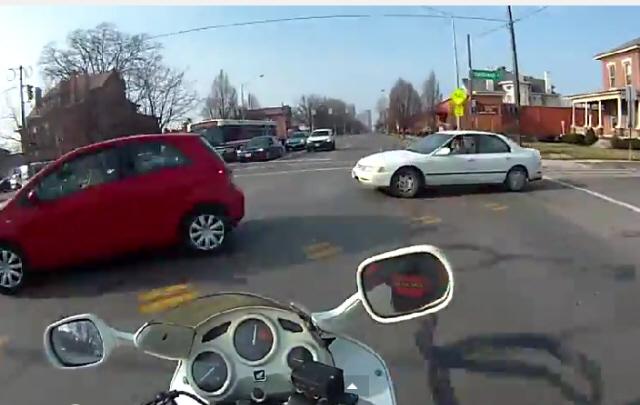Intentó pasar entre dos autos y casi se mata.