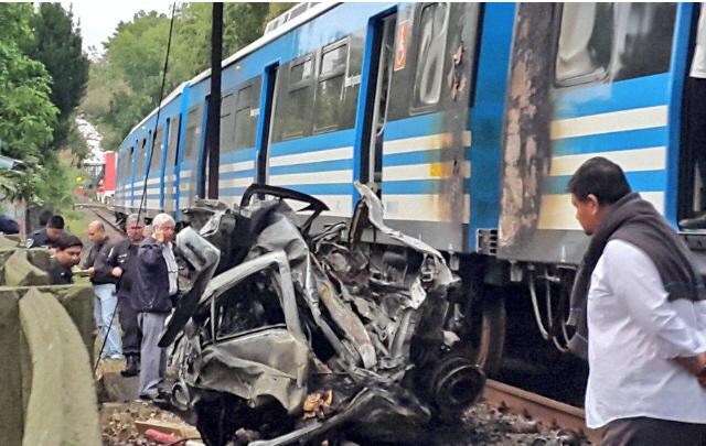 Al menos un muerto en tras chocar un auto contra un tren en Tigre (Agustín Aramaya).