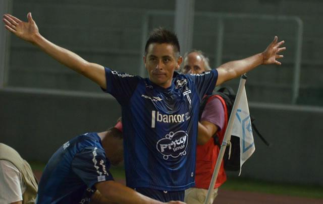 ''El Indio'' Barrionuevo festeja el gol de la victoria de Talleres.