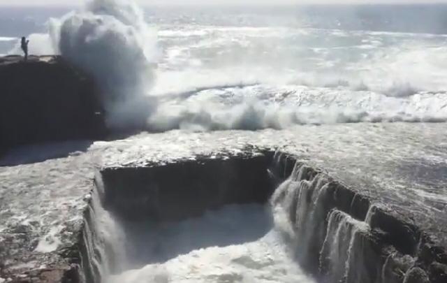 Una ola se tragó a una estudiante en Irlanda.