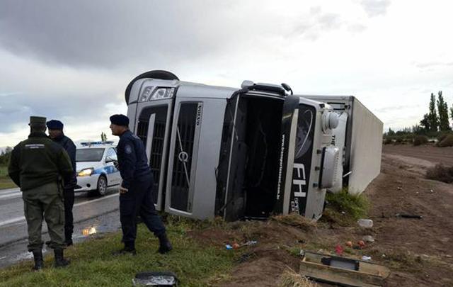 El camión volcó en la ruta 7 de Mendoza (Foto: diario Los Andes)