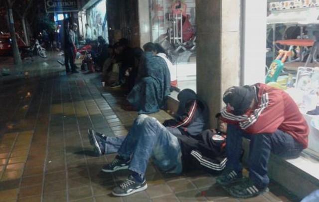 Los hinchas de River pasaron la noche para comprar entradas (Foto: Diario de Cuyo).