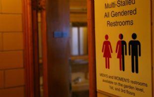 Baños para heterosexuales y homosexuales.