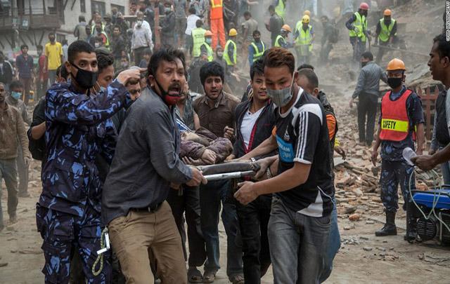 Los equipos de rescaten asisten a un herido por un derrumbe.