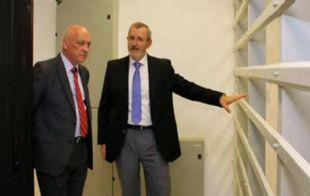 Antonio Bonfatti (izquierda) le aceptó la dimisión a Javier Echaniz.