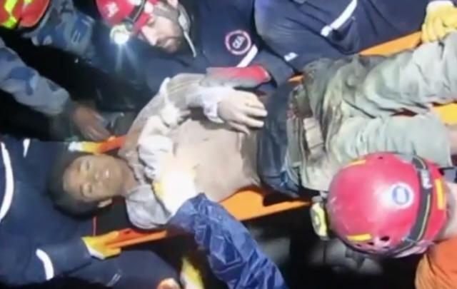 un hombre fue rescatado tras estar dos días sepultado en Nepal.