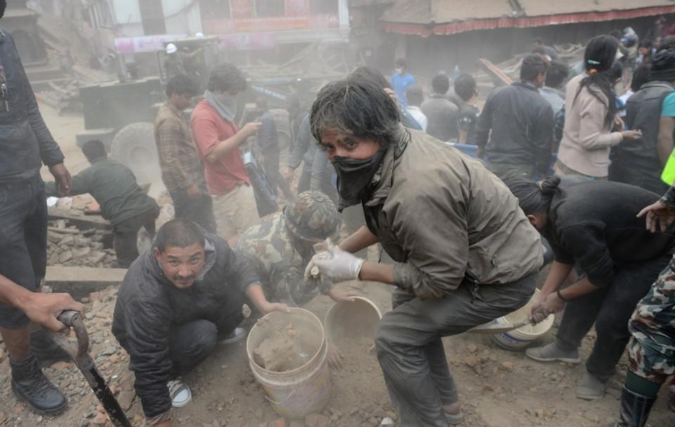 Habitantes de Katmandú buscan entre los escombros a sus familiares.
